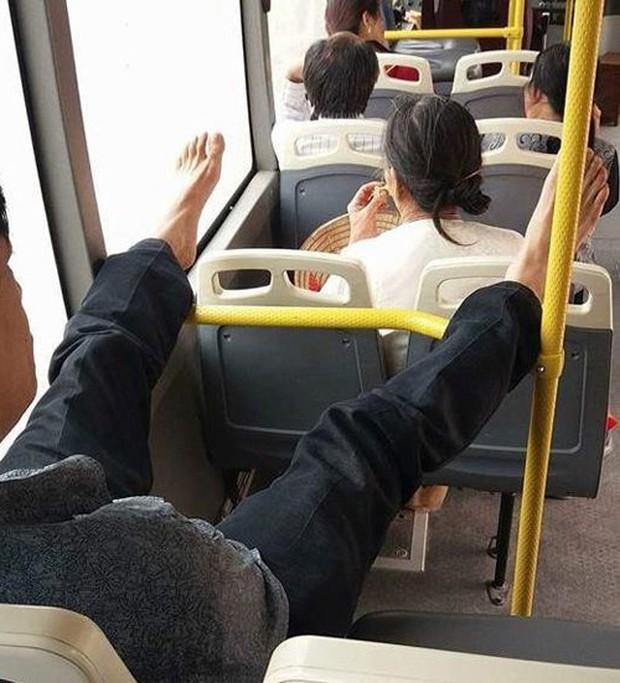 Nữ hành khách đi máy bay thản nhiên gác chân lên ghế trước, dân mạng lắc đầu ngao ngán - Ảnh 9.