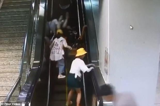 Khoảnh khắc thót tim: Mẹ làm rơi con gái 5 tháng tuổi trên thang cuốn đang chạy, cả loạt người ngã nhào theo để đỡ đứa trẻ - Ảnh 6.