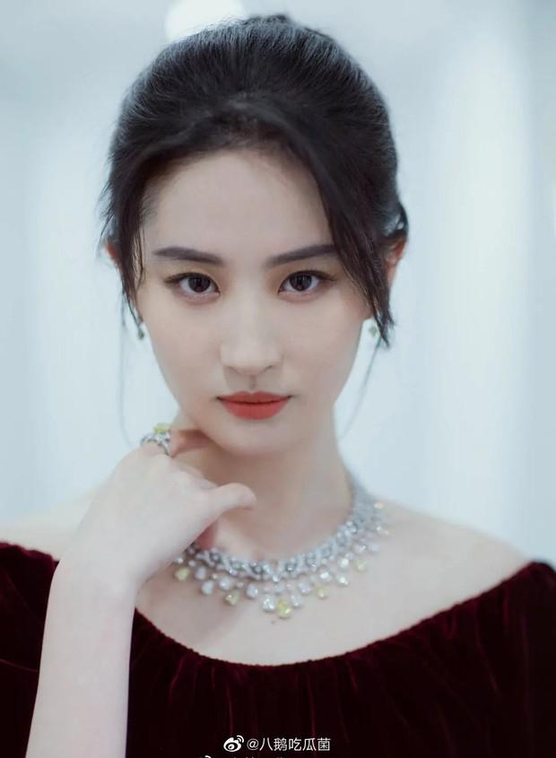 Cuộc đụng độ gây sốt: Song Hye Kyo đốt mắt với vòng 1 hờ hững thì Lưu Diệc Phi chỉ dám khoe vai trần gợi cảm - Ảnh 7.