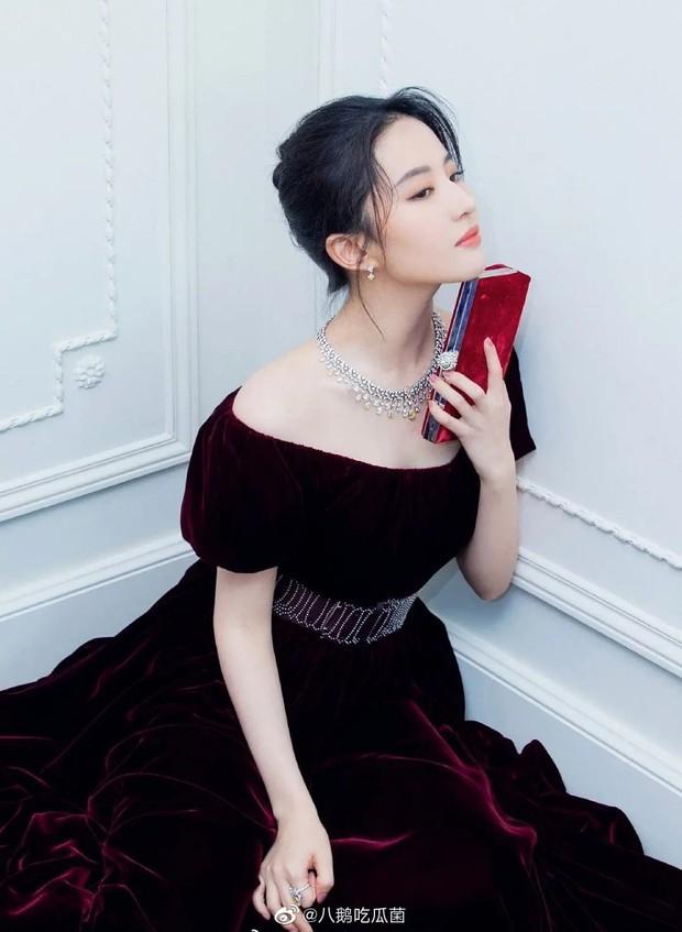 Cuộc đụng độ gây sốt: Song Hye Kyo đốt mắt với vòng 1 hờ hững thì Lưu Diệc Phi chỉ dám khoe vai trần gợi cảm - Ảnh 9.