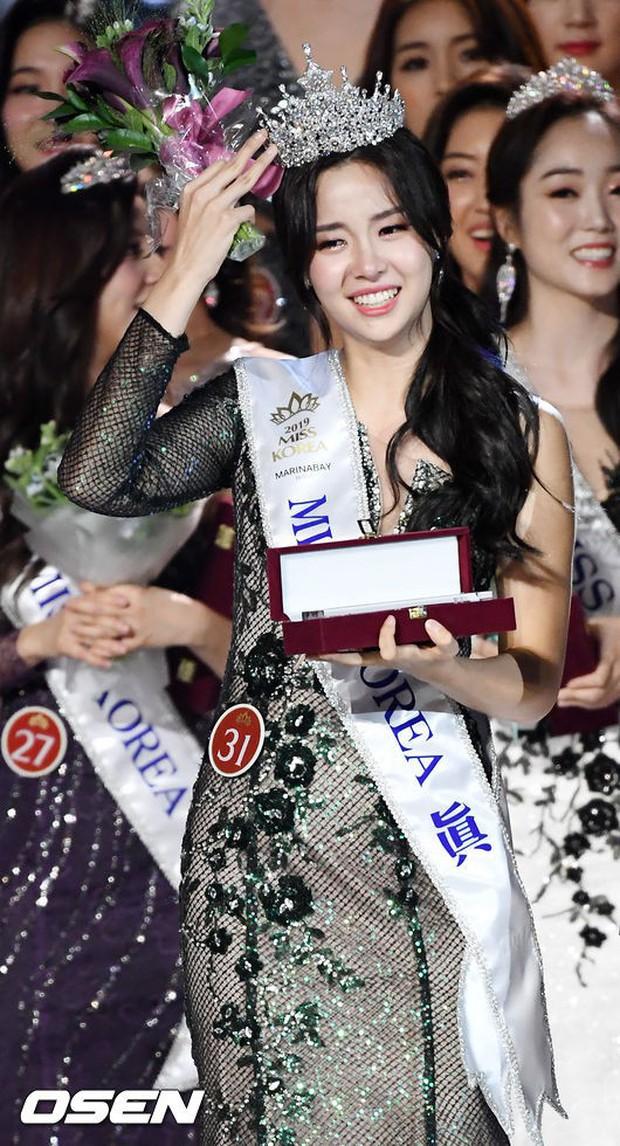 Chung kết Hoa hậu Hàn Quốc 2019 gây bão: Tân Hoa hậu xinh đến mức dìm cựu Hoa hậu, dàn Á hậu đằng sau bị chê mặt nhựa - Ảnh 4.