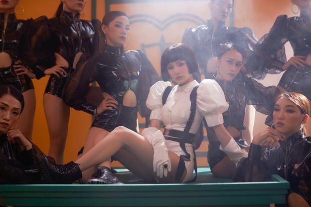 Hiền Hồ tiết lộ hậu trường MV Cần Xa: đằng sau tạo hình nữ quyền trong MV là một cô nàng lầy lội đến thế này! - Ảnh 4.