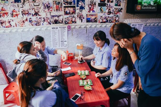 Sài Gòn: Ghé qua quán ăn vặt số 47 để tìm về kí ức tuổi thơ và nghe cô chủ quán tính tiền như đọc rap - Ảnh 2.