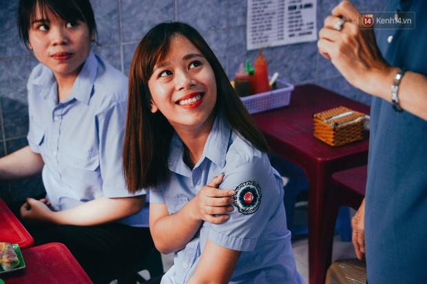 Sài Gòn: Ghé qua quán ăn vặt số 47 để tìm về kí ức tuổi thơ và nghe cô chủ quán tính tiền như đọc rap - Ảnh 12.