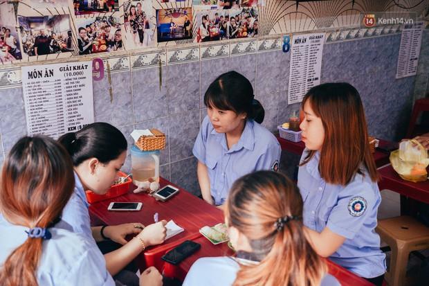 Sài Gòn: Ghé qua quán ăn vặt số 47 để tìm về kí ức tuổi thơ và nghe cô chủ quán tính tiền như đọc rap - Ảnh 13.