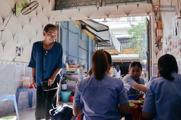 Sài Gòn: Ghé qua quán ăn vặt số 47 để tìm về kí ức tuổi thơ và nghe cô chủ quán tính tiền như đọc rap - Ảnh 14.