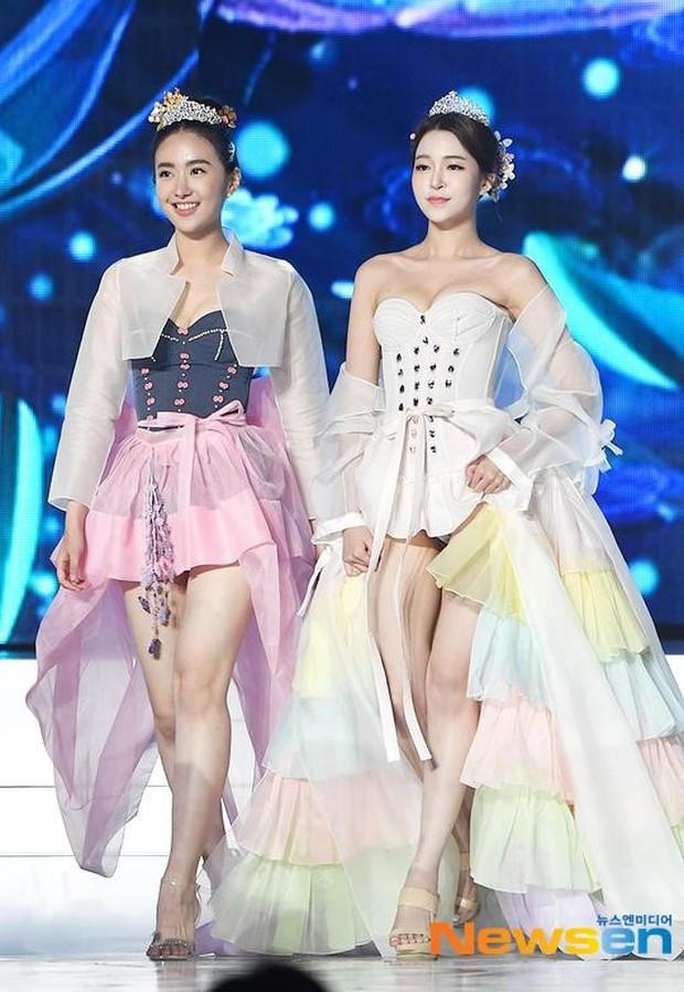 Cuộc thi Hoa hậu Hàn Quốc 2019 bị ném đá thậm tệ vì màn trình diễn Hanbok như nội y, thí sinh vừa đi vừa cởi - Ảnh 1.