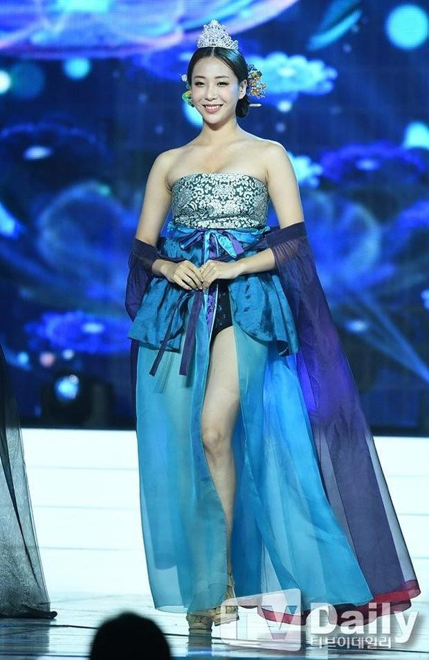Cuộc thi Hoa hậu Hàn Quốc 2019 bị ném đá thậm tệ vì màn trình diễn Hanbok như nội y, thí sinh vừa đi vừa cởi - Ảnh 3.