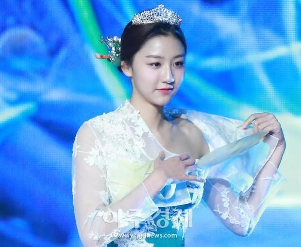 Cuộc thi Hoa hậu Hàn Quốc 2019 bị ném đá thậm tệ vì màn trình diễn Hanbok như nội y, thí sinh vừa đi vừa cởi - Ảnh 4.