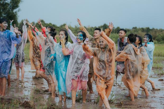 Quậy cùng nhau trên ruộng lúa, bộ kỷ yếu của lớp học này chứng minh: Cần gì tốn nhiều tiền, đơn giản nhưng vui là được! - Ảnh 3.