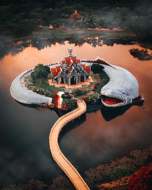 """Không tin vào mắt mình ngôi đền được canh giữ bởi """"cá khổng lồ"""" đẹp hệt cổ tích đang """"gây bão"""" Thái Lan - Ảnh 1."""