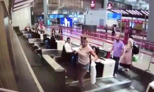 Lần đầu bối rối: Nữ hành khách vô tư leo hẳn lên băng chuyền hành lý vì tưởng sẽ nó sẽ đưa mình lên máy bay - Ảnh 1.