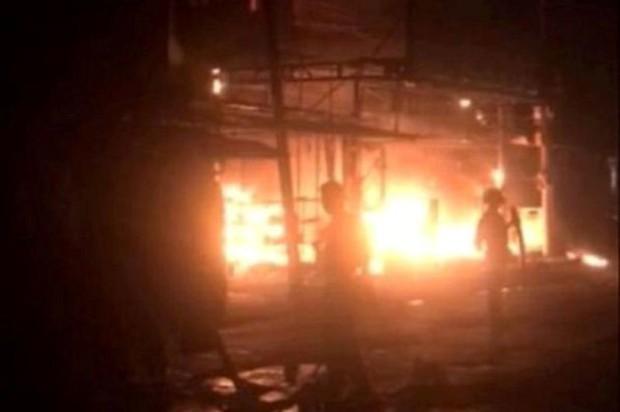Lửa bao trùm kèm nổ lớn thiêu rụi trung tâm điện máy ở Hải Phòng - Ảnh 1.