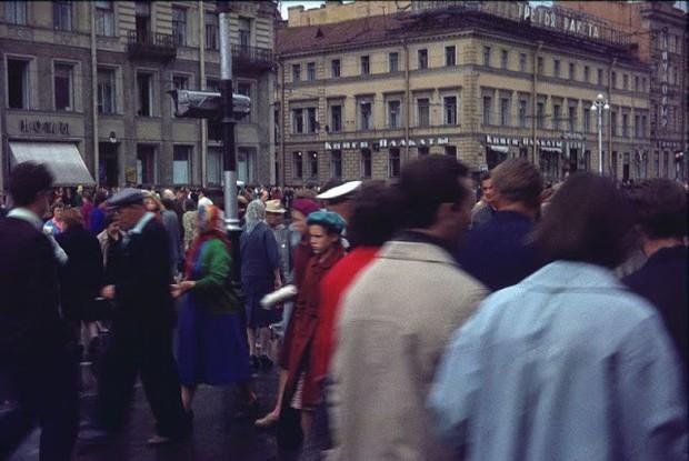 Ảnh màu ấn tượng về đường phố Leningrad những năm 1960 - Ảnh 2.