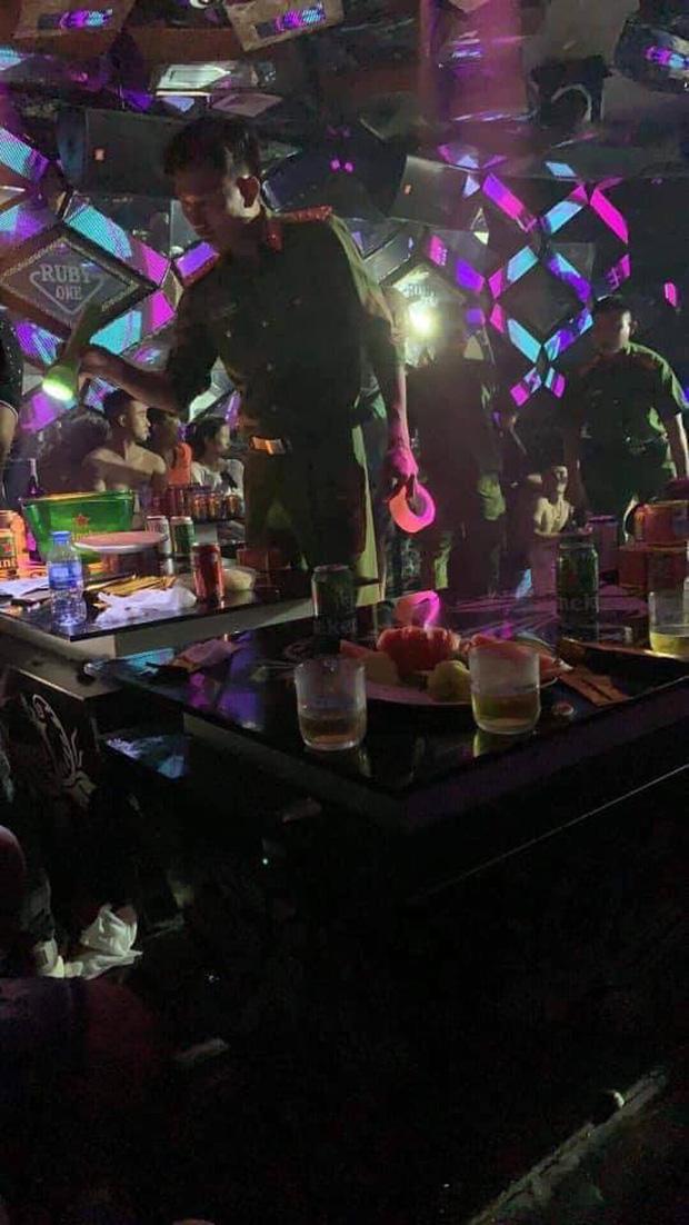 Đột kích quán bar, phát hiện gần 80 dân chơi xài ma túy - Ảnh 2.