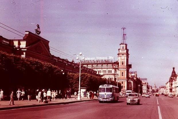 Ảnh màu ấn tượng về đường phố Leningrad những năm 1960 - Ảnh 13.