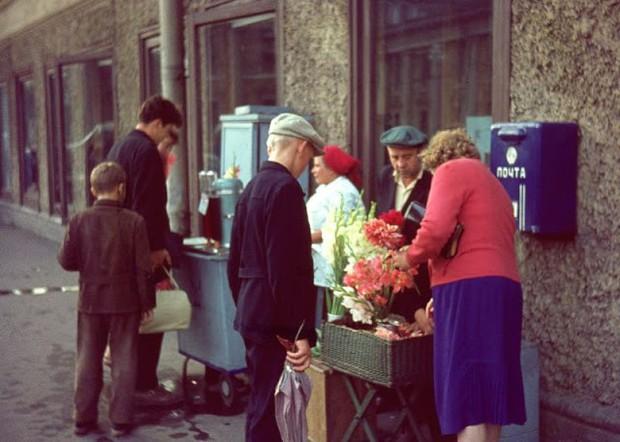 Ảnh màu ấn tượng về đường phố Leningrad những năm 1960 - Ảnh 5.