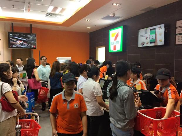 7-Eleven mở cửa hàng đầu tiên tại Okinawa, người Nhật xếp hàng dài chẳng khác gì người Việt hồi trước - Ảnh 2.