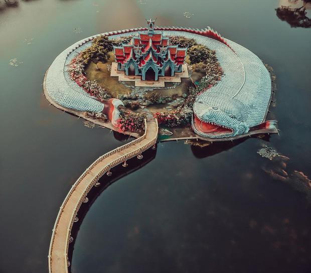 """Không tin vào mắt mình ngôi đền được canh giữ bởi """"cá khổng lồ"""" đẹp hệt cổ tích đang """"gây bão"""" Thái Lan - Ảnh 9."""