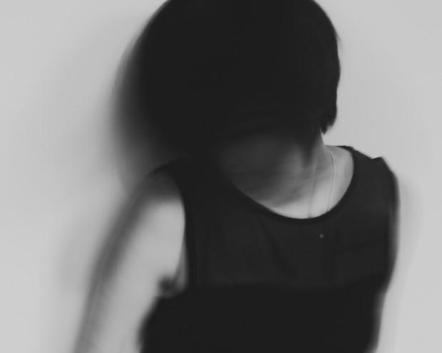 Nhật ký qua ảnh đầy xúc cảm của nữ y tá bị cưỡng hiếp và phải tự mình tìm lấy ánh sáng giữa hố sâu tăm tối - Ảnh 1.