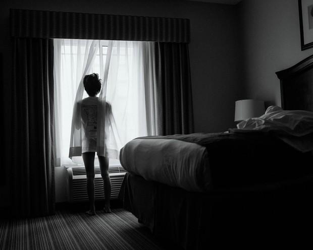 Nhật ký qua ảnh đầy xúc cảm của nữ y tá bị cưỡng hiếp và phải tự mình tìm lấy ánh sáng giữa hố sâu tăm tối - Ảnh 4.