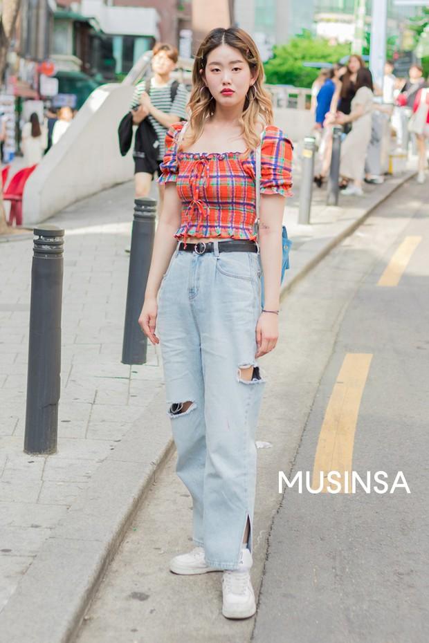 Street style giới trẻ Hàn chứng minh crop top chính là chân lý mùa hè, diện theo kiểu nào cũng mát mẻ tôn dáng hết nấc - Ảnh 3.