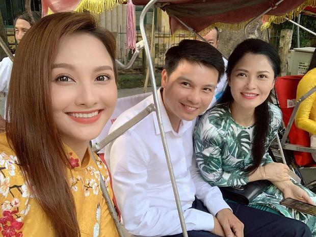 Mẹ chồng - nàng dâu Lan Hương - Bảo Thanh cùng dàn nghệ sĩ Việt diện áo dài truyền thống khoe nét đẹp nền nã giữa lòng thủ đô Hà Nội - Ảnh 4.