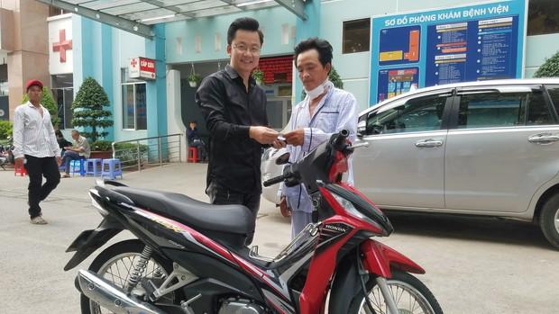 Tài xế GrabBike bị cướp cứa cổ ở Sài Gòn xúc động khi được tặng xe máy để mưu sinh - Ảnh 3.