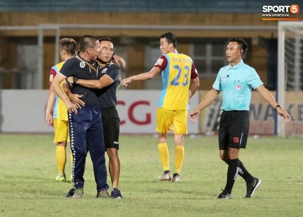 HLV Hà Nội FC chê trọng tài non kinh nghiệm, tưởng tượng ra việt vị khiến đội nhà mất điểm đúng phút cuối - Ảnh 2.