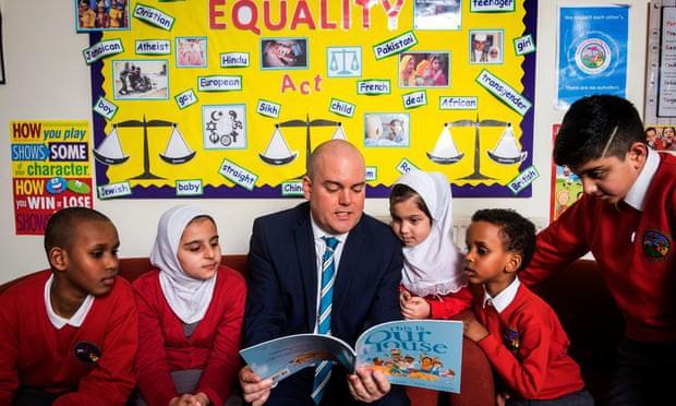 Trường tiểu học ở Anh mở các khoá học về LGBT bất chấp sự phản đối gay gắt của phụ huynh - Ảnh 1.