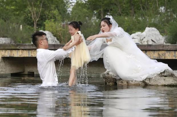 Câu chuyện cảm động và đầy tình người sau tấm ảnh cưới đáng yêu nhất thế gian - Ảnh 1.