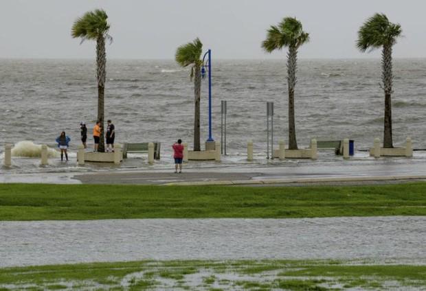 Bão nhiệt đới đe dọa gây lũ lụt nghiêm trọng đổ bộ miền Nam nước Mỹ - Ảnh 1.