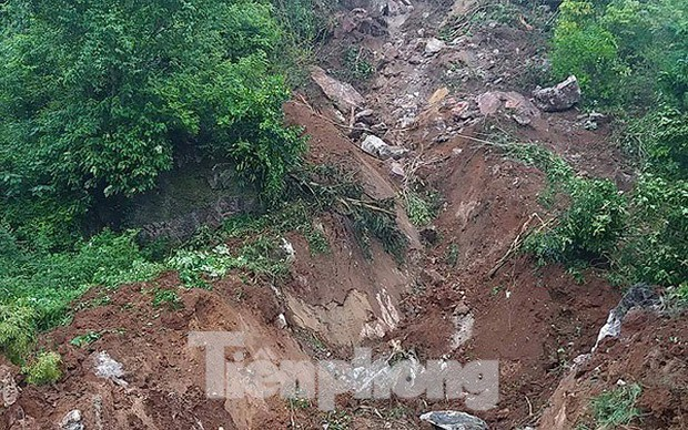 Tảng đá khủng lở đè sập nhà dân, 3 người trọng thương - Ảnh 2.