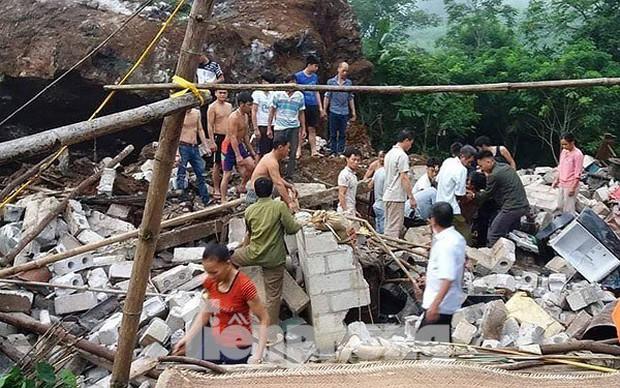Tảng đá khủng lở đè sập nhà dân, 3 người trọng thương - Ảnh 1.