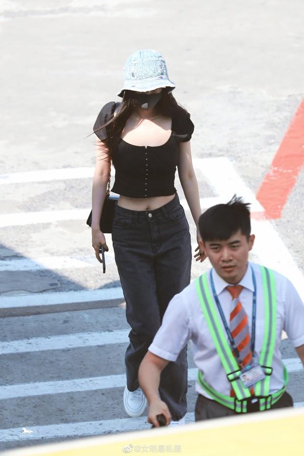 So sánh body bỏng mắt của Dương Mịch và Jennie khi diện croptop: Nữ thần Cbiz thua mỹ nhân BLACKPINK ở 2 bức ảnh để đời - Ảnh 3.