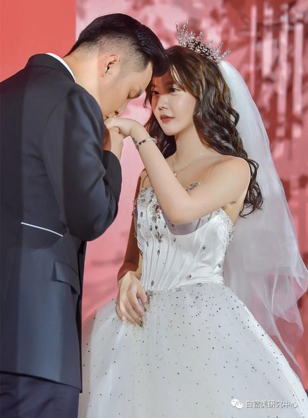 Phù dâu xinh nhất hôn lễ mỹ nhân mặt nhựa: Gia cảnh khốn khổ, bị bố lừa bán cho phú ông đáng tuổi cha chú trong làng - Ảnh 1.