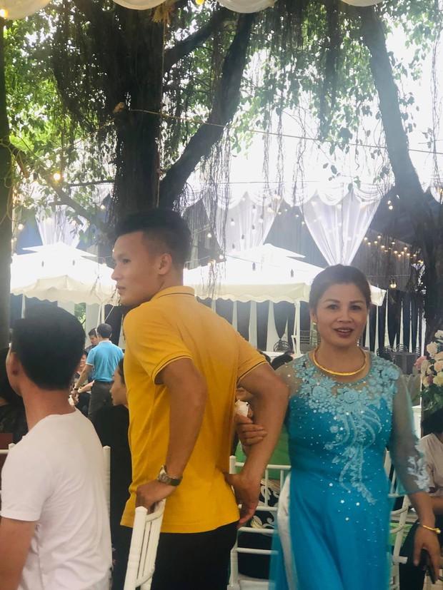 Bạn gái Đức Chinh, Văn Hậu xinh đẹp rạng ngời đến dự đám cưới nhà Quang Hải - Ảnh 2.