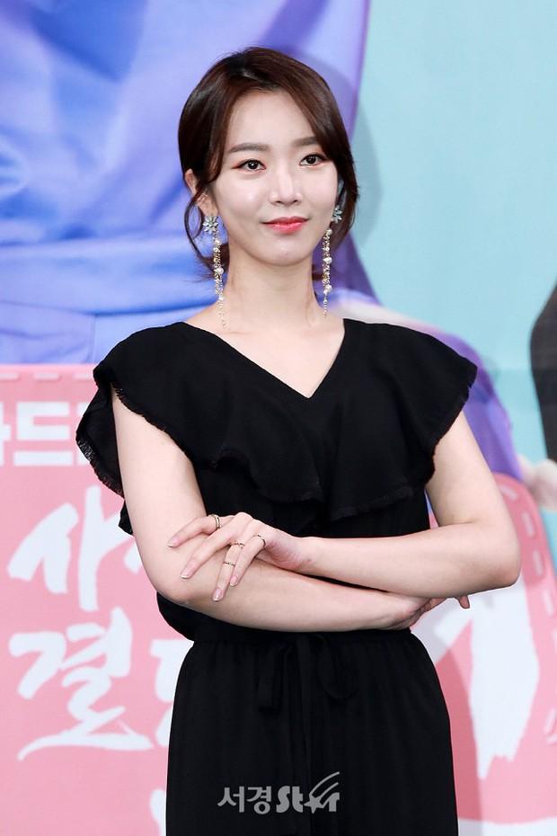 Hôn lễ diễn viên Vợ tôi là Gangster và chồng kém 11 tuổi: Lee Jun Ki lộ cằm lạ, dàn sao đình đám đồng loạt tới dự - Ảnh 12.