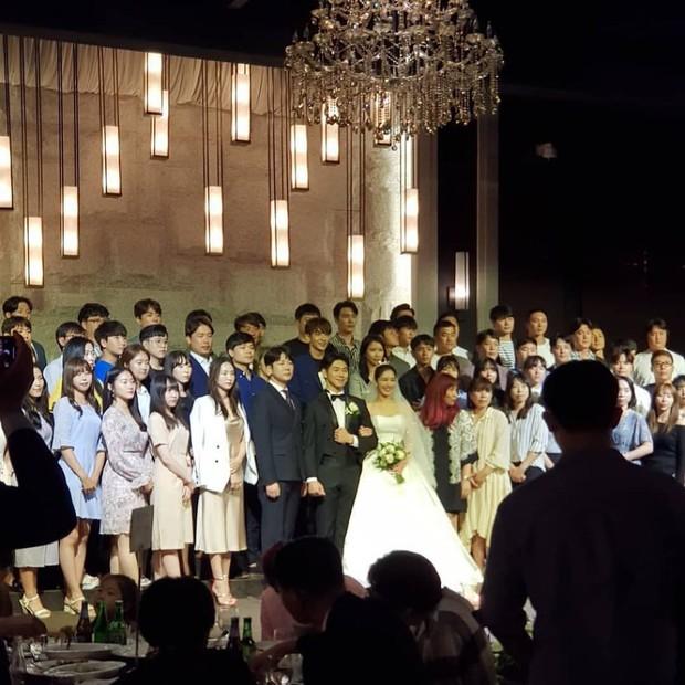 Hôn lễ diễn viên Vợ tôi là Gangster và chồng kém 11 tuổi: Lee Jun Ki lộ cằm lạ, dàn sao đình đám đồng loạt tới dự - Ảnh 7.