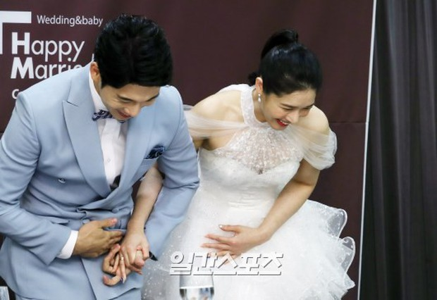 Hôn lễ diễn viên Vợ tôi là Gangster và chồng kém 11 tuổi: Lee Jun Ki lộ cằm lạ, dàn sao đình đám đồng loạt tới dự - Ảnh 2.