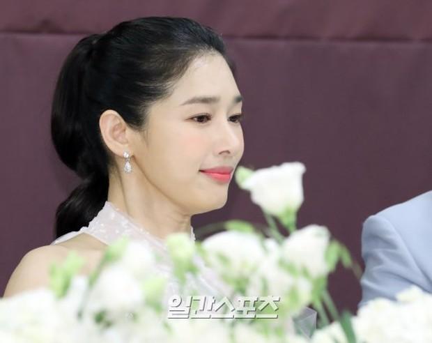 Hôn lễ diễn viên Vợ tôi là Gangster và chồng kém 11 tuổi: Lee Jun Ki lộ cằm lạ, dàn sao đình đám đồng loạt tới dự - Ảnh 3.