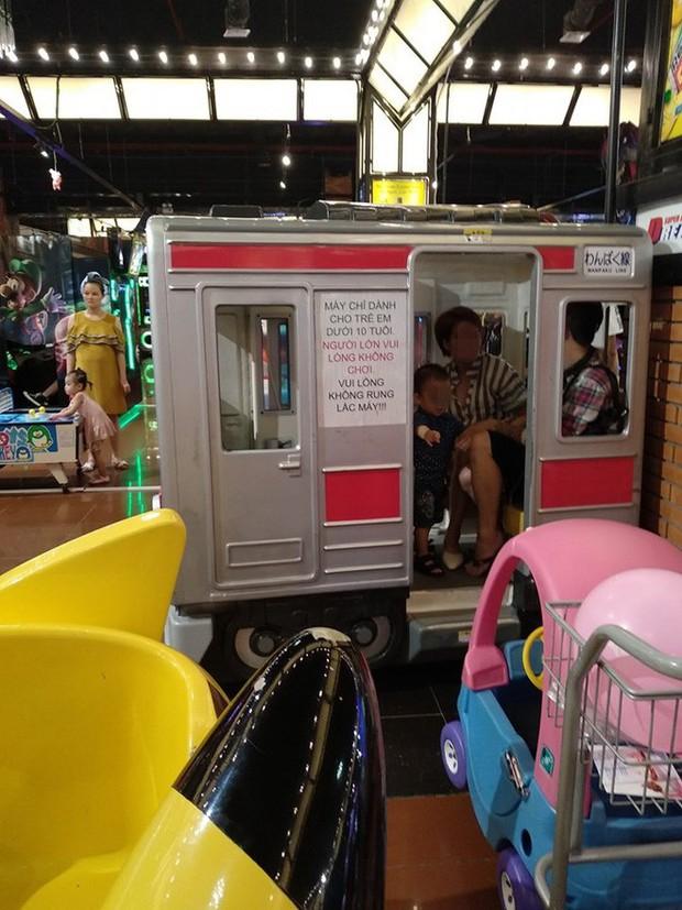 Mặc tàu điện dán giấy chỉ dành cho trẻ em, đôi nam nữ vẫn thản nhiên leo lên ngồi khiến nhiều người bức xúc - Ảnh 1.