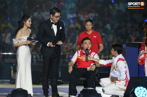 Câu chuyện cảm động xung quanh anh chàng CĐV khuyết tật được lên sân khấu đại diện cho Việt Nam so tài cùng những streamer hàng đầu thế giới - Ảnh 1.