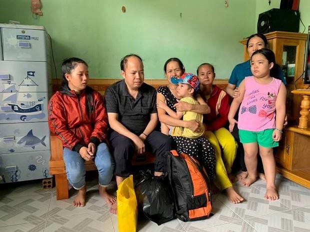 Cảm phục cụ bà vượt hàng ngàn cây số tìm mẹ ruột bé trai 4 tuổi - Ảnh 1.
