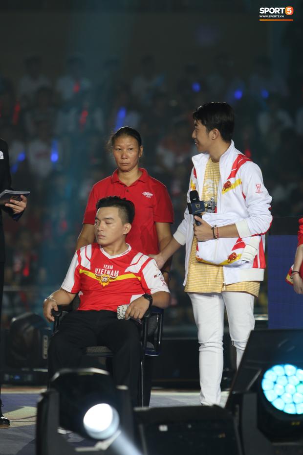 Câu chuyện cảm động xung quanh anh chàng CĐV khuyết tật được lên sân khấu đại diện cho Việt Nam so tài cùng những streamer hàng đầu thế giới - Ảnh 3.