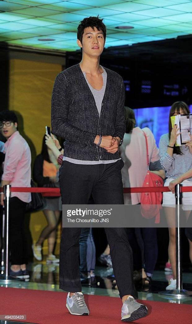 Giật mình các nam thần Hàn cao trên 1m9 đứng bên đồng nghiệp: Như người khổng lồ, Lee Kwang Soo chưa là gì với Rowoon - Ảnh 1.