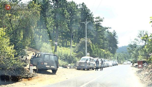 Dòng xe du lịch vẫn ầm ầm kéo vào Tuyệt tình cốc ở Đà Lạt bất chấp lệnh cấm - Ảnh 1.