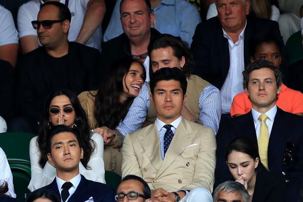 Chung kết Wimbledon: Cậu cả bất tài nhiều tật nhà Beckham vừa ăn bánh vừa chụm đầu tình tứ với người yêu, nhưng bị dìm thảm hại khi ở chung một khung hình với Siwon (Super Junior) - Ảnh 5.