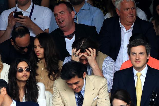Chung kết Wimbledon: Cậu cả bất tài nhiều tật nhà Beckham vừa ăn bánh vừa chụm đầu tình tứ với người yêu, nhưng bị dìm thảm hại khi ở chung một khung hình với Siwon (Super Junior) - Ảnh 2.