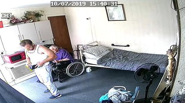 Thấy cụ già ốm yếu ở nhà một mình, tên trộm vô tư đi vào hỏi thăm như người thân rồi thó tiền mà không ai hay biết - Ảnh 3.